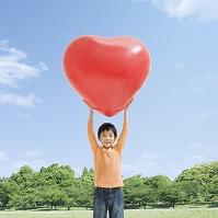 ハートの風船を持つ日本人の男の子