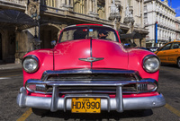 キューバ ハバナ ガルシア・ロルカ劇場前のクラシックなアメリ...