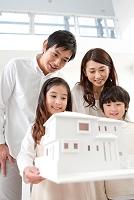 建築模型を見ている日本人家族