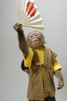 日の丸扇子を持つ猿