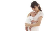 新生児を抱っこする新米ママ
