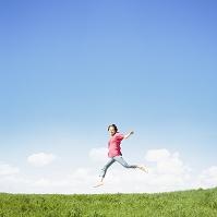 ジャンプする日本人女性