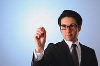 ペンを持つ日本人ビジネスマン