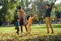 公園で遊ぶ外国人家族