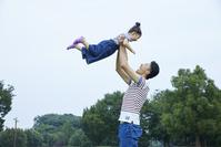 娘を抱えるお父さん