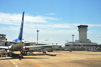 沖縄県 ボーイング767-300型機(全日空機)と石垣空港管制塔