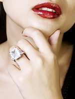 唇とダイヤの指輪