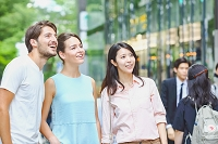 表参道を観光する外国人と日本人