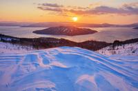 北海道 雪の美幌峠より屈斜路湖と中島と朝日