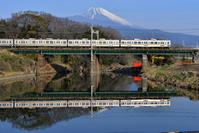 静岡県 東海道本線 鉄橋を渡る211系普通電車と富士山