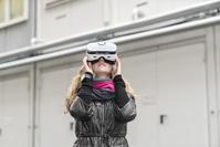 VRゴーグルを使う外国人女性