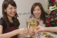 クリスマスパーティーで乾杯する女性