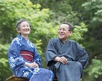 浴衣の日本人のシニア夫婦