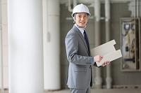 建設現場に立つビジネスマン