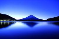 山梨県 夜明け前の精進湖と逆さ富士