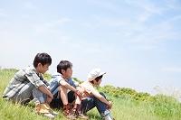 芝生に座っている日本人の男の子
