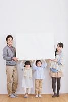 ホワイトボードを持つ日本人家族