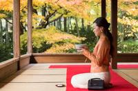 和室でお茶を楽しむ日本人女性