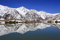 長野県 白馬村 八方尾根 八方池に映る新雪の白馬連峰