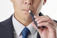 加熱式タバコを吸う男性