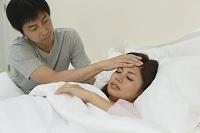 体調不良の妻を看病する夫