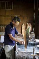 和紙漉きをする職人