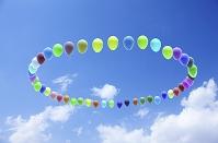 青空に輪になって浮かぶ風船