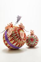 鞠の上で遊んでいるいるネズミたち