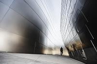 壁の間を歩くビジネスマン