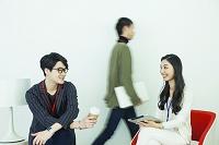 20代男女3人の仕事風景