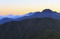 長野静岡県境 小河内岳よりの望む塩見岳と甲斐駒ケ岳と北岳