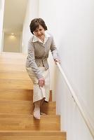 膝を痛めるシニア日本人女性