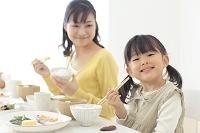 和朝食を食べる母と娘