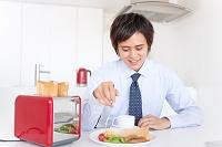 朝食を食べるビジネスマン
