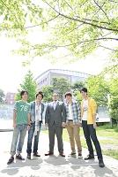 教授を囲み微笑む大学生