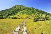 福島県 尾瀬 熊沢田代から望む燧ヶ岳と木道