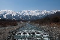 長野県 春の姫川と北アルプス杓子岳白馬鑓ヶ岳唐松岳