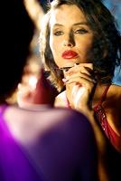 化粧する外国人女性