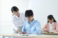 授業を受ける中学生