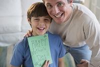 父の日にメッセージカードを渡す男の子