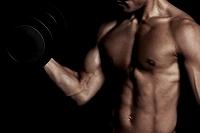 トレーニングする日本人男性の上半身
