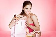お菓子が入った紙袋を抱える女性