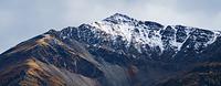 8月に冠雪したトゥームストーン準州立公園の山