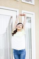 テラスで伸びをする日本人女性