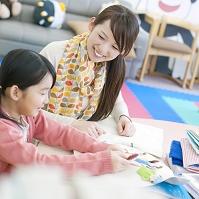 手作り絵本で遊ぶ日本人親子