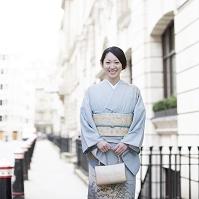 着物の笑顔の日本人女性