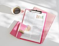 コーヒーカップと手帳とファイル