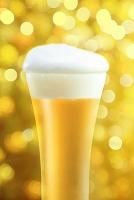 グラスに入ったビールと光