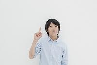 笑顔の若い日本人男性