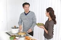 調理をする中高年日本人夫婦
